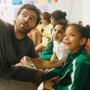 Volunteers-pay-attention-to-kids-needs-rio-de-janeiro-edumais
