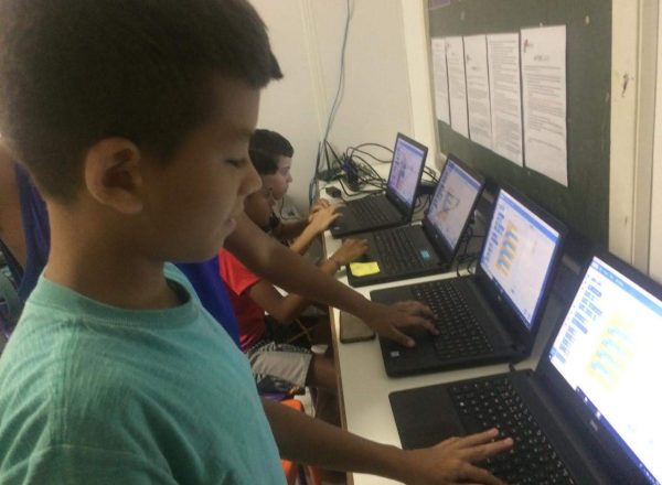 EduMais children programming a game using Scratch at Summer Camp
