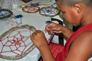 Volunteers-in-rio-de-janeiro-helping-making-dream-catchers-edumais