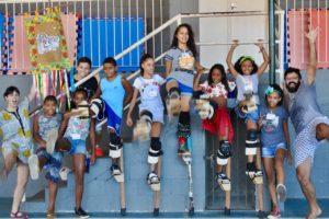 stilt-walking-favelas-rio-de-janeiro-volunteering-edumais