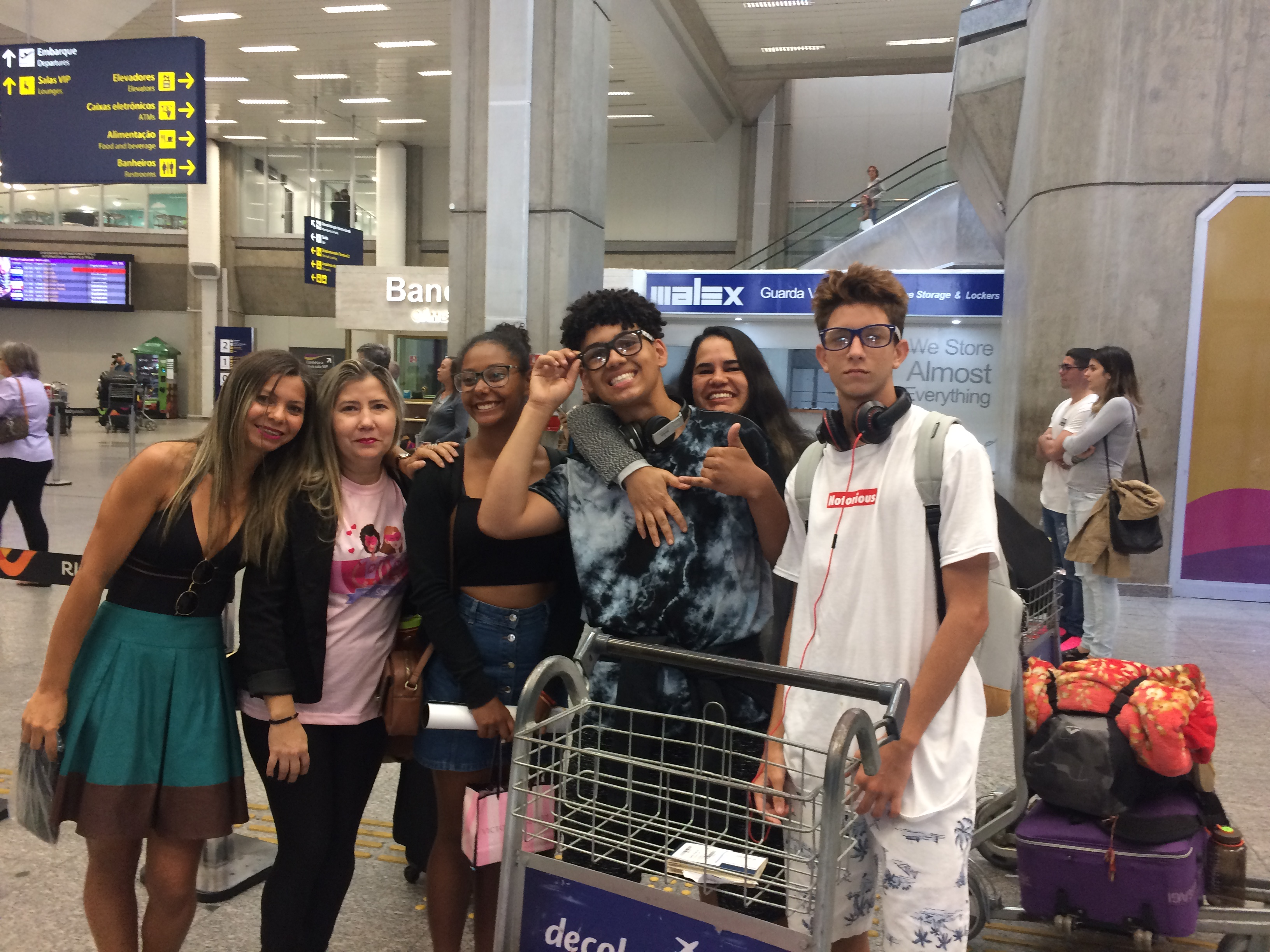 EduMais Exchange Student Thais at Rio Galeão airport with her mother and two other exchange students