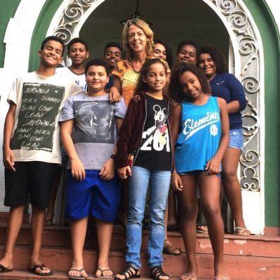 EduMais Founder and Director Diana Nijboer on the steps of Solar Meninos de Luz school with the Community English program group
