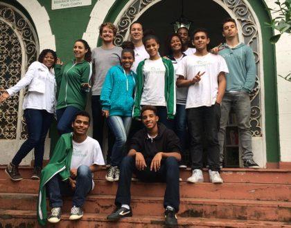 volunteer-teacher-with-students-rio-de-janeiro-edumais