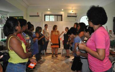 EduMais founder Diana running Positive Discipline Training in Action for Teachers of Solar Meninos de Luz. Exercise Encouragement vs Enabling.