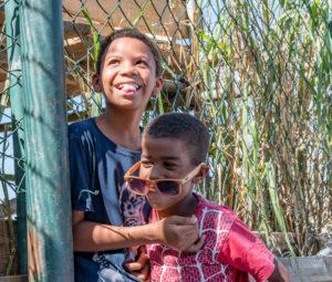 Smiling-and-playing-kids-in-the-favelas-rio-de-janeiro-edumais