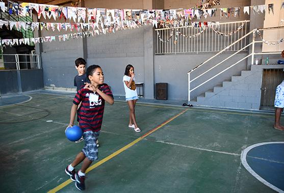 Kids playing dodgeball in Rio de Janeiro